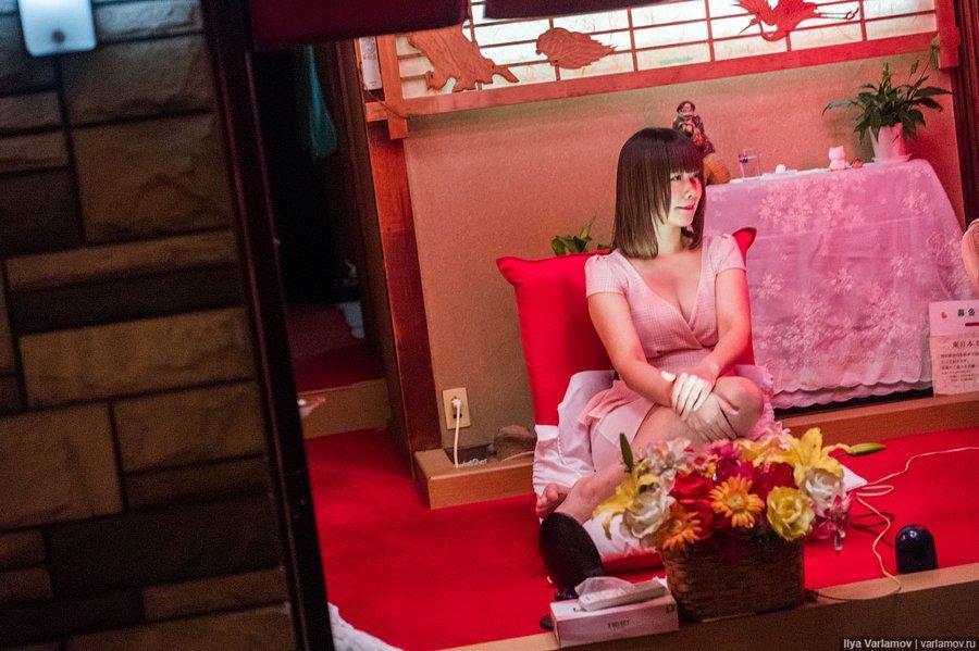 软妹:一位西方摄影师,冒死拍摄日本最大的红灯区